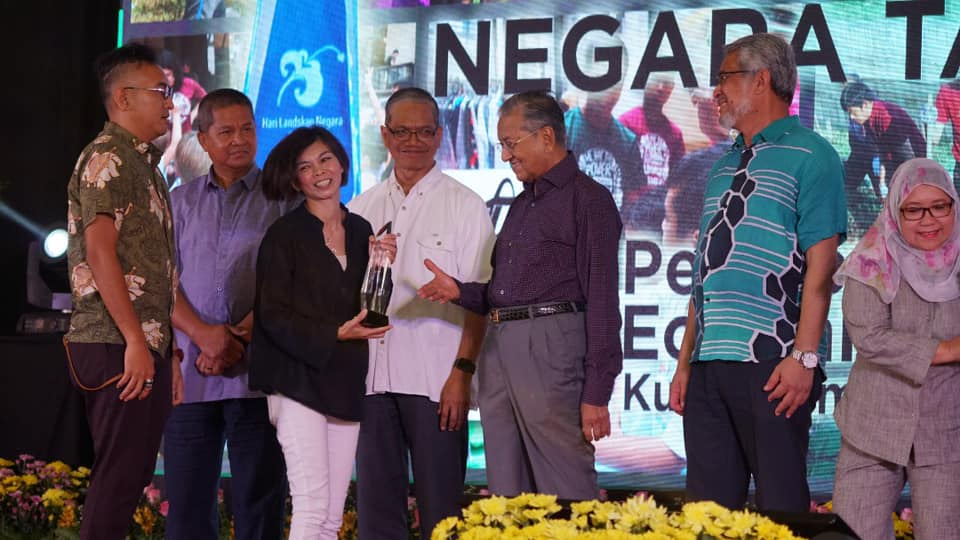 EcoKnights receives 'Inisiatif Sukarelawan Negara Taman' Award from PM