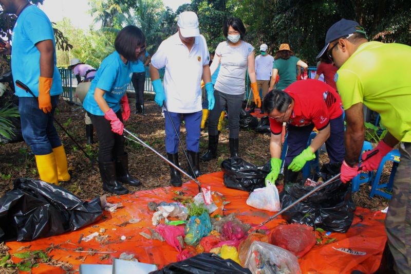 HSBC Volunteering Program in Clean Up Projects With EcoKnights