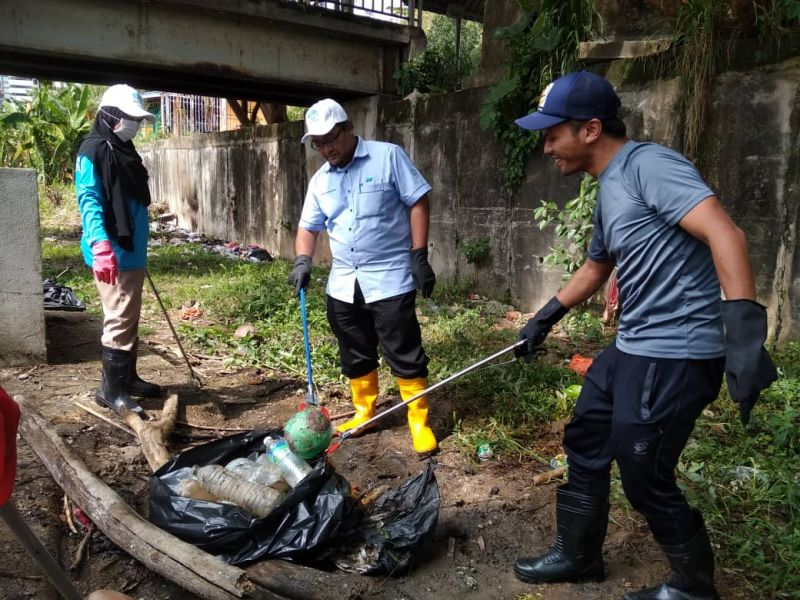 Log Boom Clean Up at Gombak River with Media and Social Influencers